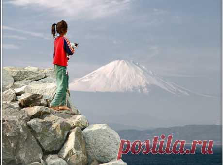 ФУДЗИЯМА. ПОРТРЕТ ВЕРШИНЫ Как возникла гора? На это у японцев есть отдельная легенда. Будто бы однажды разверзлась земля, и образовалось озеро, а из земли, что была на его месте, получилась гора.  Геологи не согласны: они приписывают создание горы процессам в земной коре и вулканической активности. Возраст современной Фудзи оценивают в 10 000 лет.