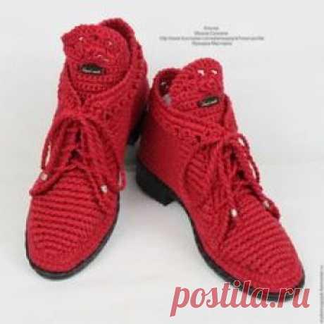 Купить или заказать Льняные ботиночки вязаные красные в интернет-магазине на Ярмарке Мастеров. Стильные льняные ботиночки!!!))) Модель очень удобная и универсальная... подходит к любому стилю одежды. Обувь связана из льна - цвет 'Гвоздика'. Стелька внутри сменная, ручной работы, состоящая из трёх слоёв натуральных материалов. Подойдут на любую полноту ноги, регулируются шнуровкой! Обратите внимание, по фото видно что вязка у всех моих работ не простая - это особый приём плетения.