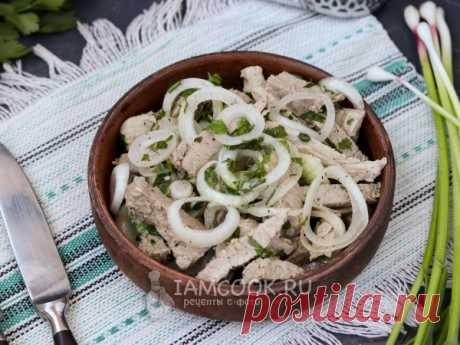 Вкусный салат-закуска из отварной свинины в маринаде, который может разнообразить праздничное меню.