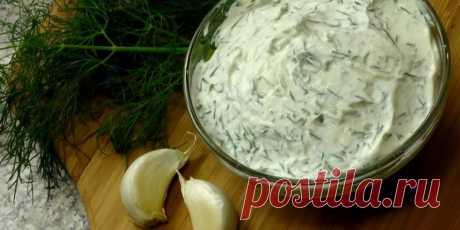 7 ПРОСТЫХ РЕЦЕПТОВ ЧЕСНОЧНОГО СОУСА Ароматные соусы со сливками, сметаной, сыром и зеленью идеально дополнят мясо, рыбу и овощи. 1. Сливочно-чесночный соус    Этот соус подойдёт практически ко всему: морепродуктам, рыбе, мясу, пасте, овощам.  Ингредиенты 1 столовая ложка сливочного масла; 5–6 зубчиков чеснока; 300 мл жирных