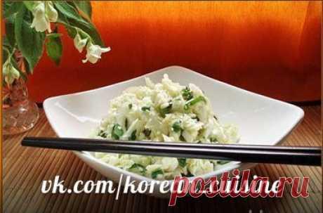 Салат из свежей капусты.  Ингредиенты: 500 г белокочанной капусты  4 дольки чеснока Показать полностью…