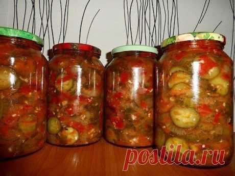 Салат из овощей в собственном соку на зиму.  Очень простой овощной салат на зиму из помидоров, огурцов, болгарского перца и лука с добавлением чесночка и зелени. Этот салат из овощей в собственном соку очень быстро и легко готовится, хорошо хранится. Продукты Помидоры (крупные, мясистые; спелые, но твердые)  Огурцы Болгарский перец Репчатый лук (салатных сортов) Перец горошком - по 2-3 штуки на банку Петрушка, укроп - по небольшой веточке на банку Чеснок - по маленькому зу...