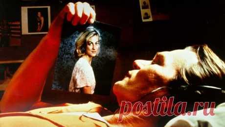 Письма убийцы (Letters from a Killer, 1998) Обитатель камеры смертников Рэйс Дарнелл затеял опасную игру, вступив в откровенную переписку с четырьмя женщинами и признавшись каждой из них в любви. Однажды письма перепутали, и одна из девушек узнала об обмане. В ярости она угрожает Дарнеллу смертью. За решеткой это не волнует Рэйса, но по иронии судьбы он оказывается на свободе и узнает, что теперь его обвиняют в ещё более зверских преступлениях и по всей стране расставлены ловушки...