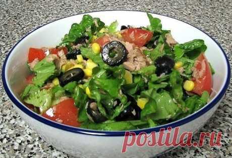 Зеленый салат с тунцом Богатый клетчаткой салат с самой полезной и нежной рыбкой – тунцом. Вам потребуется: 170 г тунца в собственном соку или в масле (по вкусу) 3-4 больших