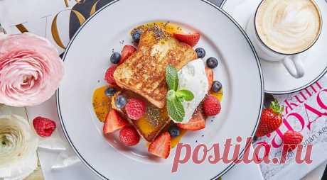 Французский тост со сливками и ягодами - ПУТЕШЕСТВУЙ ПО САЙТУ. Какая же прелесть эти французские тосты! Поджаристый хлеб пахнет благополучным утром, терпкий соус из экзотических фруктов пробуждает тягу к приключениям. Никакой утренней суеты не существует, если начинать день с такого завтрака. Есть в нем старорежимное изящество, которое требует накрахмаленных салфеток и кофейных чашек изтонкого костяного фарфора. ИНГРЕДИЕНТЫ бриошь – 2 …