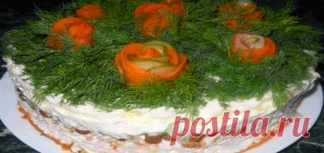 Слоёный салат с курицей, изюмом и грецкими орехами Читать далее...