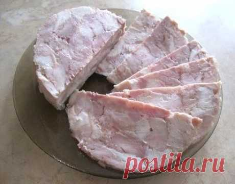 Ветчина куриная.   Что потребуется:  Курица 1 тушка (~1,7-1,8 кг)  Лимон 1 шт  Крахмал 1 ст. ложка  Желатин 1 ст.ложка (10гр)  Соль 1 ч.ложка (без горки)  Сода 1 ч.ложка (без горки)  Приправы ¼-0,5 ч.ложки (в зависимости от яркости)   Приправу лучше использовать НЕ «для курицы», а для мяса, фарша, свинины, смесь перцев.   Крылышки курицы отрезать, для ветчины они не нужны. Снять с тушки всю кожу и срезать слишком большой подкожный жир (по желанию, можно оставить). Снять мя...