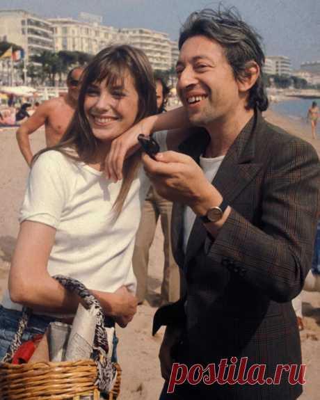 Сегодня исполняется 30 лет со дня смерти Сержа Генсбура, но даже спустя 3 десятилетия его стиль продолжает вдохновлять вместе с Джейн Биркин здесь, в Каннах, в 1974 году: она со своей фирменной корзиной, он со своим пиджаком - даже на пляже!