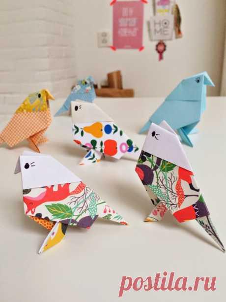 Подарки делать всегда приятно. Особенно, когда они сделаны своими руками. Только представьте, как обрадуются таким разноцветным попугайчикам ваши малютки!  Вам понадобится: разноцветная бумага с рисунком, простой карандаш или черная ручка. Сложите попугайчиков, следуя наглядной инструкции на фото.