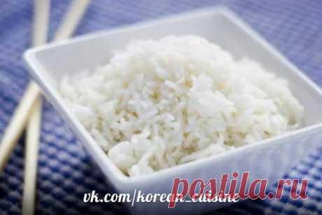 Рис по - корейски.  Переберите и промойте два стакана риса. Промывайте рис до тех пор, пока вода не будет прозрачной. Положите рис в сосуд с толстыми стенками (лучше всего керамический, но не обязательно) и разровняйте. Залейте поверхность риса водой, чтобы она как бы покрывала руку, положенную поверх риса. Закройте кастрюлю крышкой и доведите до кипения, затем убавьте огонь до минимума. Варите под крышкой еще 10-15 минут, после чего выключите газ и оставьте на некоторое в...