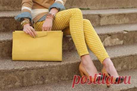 Горчичный цвет, сочетание в одежде - фото самых стильных образов. Женщинам иногда хочется отойти от темной или слишком яркой цветовой гаммы в одежде, выбрать для себя более спокойные и натуральные оттенки. Одним из таких цветов является горчичный, который представляет собой особый оттенок желтого.  Горчичный цвет и его различные оттенки пользуются большой популярностью среди модниц и все чаще появляются в модных показах самых именитых дизайнеров.