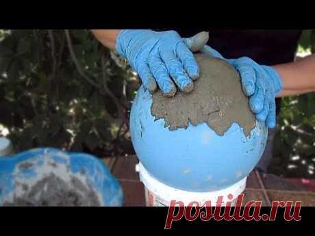 Берем песок, немного цемента, шарик и получается классна поделка для сада