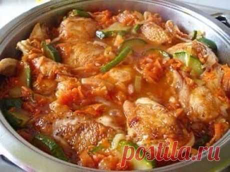 Ароматная курица с кабачками в соусе   Ингредиенты:   1 кг курицы  200-300 г кабачков  1 морковь  1 головка лука  2 зубка чеснока  2 столовые ложки томатного соуса или 2 помидора  пучок петрушки  приправа для курицы  соль  растительное масло  Приготовление:  1. Курицу промываем, режем на кусочки, посыпаем приправой для курицы, солью, хорошо перемешиваем и оставляем мариноваться. 2. Кабачки промываем, режем на тонкие кружочки. Кабачки лучше брать молодые, без семечек. 3. Мо...