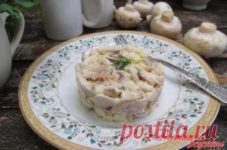 """Салат """"Леон"""". Здесь очень интересное сочетание продуктов - вареной курицы со свежими шампиньонами, сельдерем и яблоком. Салат вкусный, сочный и можно подать и на праздничный стол."""
