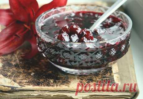 Удивительный рецепт, просто непревзойденный по простоте - шведское варенье Силт.  =Силт можно готовить из любых ягод: малина, клюква, брусника, смородина, крыжовник и другие А еще его можно варить, как из свежих ягод, так и из замороженных, что позволяет наслаждаться им круглогодично, не загромождая квартиру банками. =На 1 кг ягод 600-800 г сахарного песка (зависит от того, на сколько кислые ягоды)