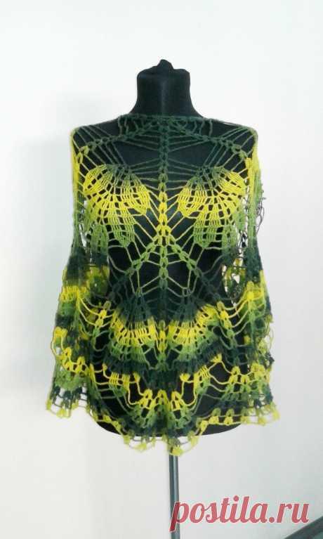 """Легкая шерстяная шаль модели """"Дубовые листья"""" выполнена крючком №3 из пряжи КАУНИ Green-Yellow 8/1. Эта шаль-накидка предназначена для ношения в качестве аксессуара на платье, блузку, водолазку. Изделие смотрится довольно нарядно благодаря цветовым переходам, посему не требует дополнительных украшений.  Этот ажурный рисунок, превосходно раскрывается на девушках с богатыми формами. Отлично выглядит на черном, коричневом, сером, зеленом, желтом, горчичном и даже фиолетовом ф..."""