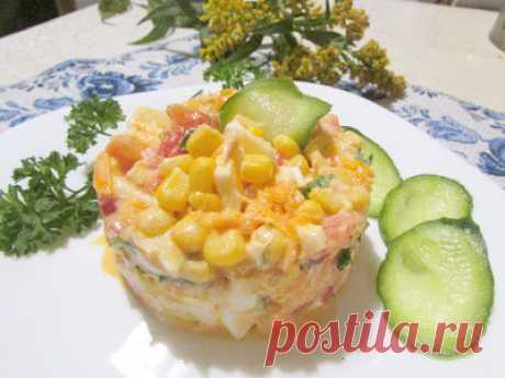 """Салат """"Краски осени"""" Для салата понадобятся: отваренная куриная грудка, куриные яйца, свежие помидоры, консервированная кукуруза, морковь, лук и зелень"""