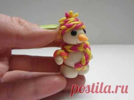 Лепим очаровательного снеговика из пластилина. Также такую фигурку можно слепить из полимерной глины, марципана или мастики в качестве украшений для тортов.