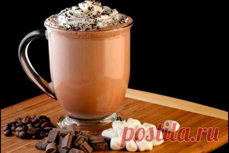 Вкусные рецепты кофе мокко (мокачино) Кофе мокко идеально подойдет тем, кто не любит характерную кофейную горечь и неравнодушен к сладостям. Зная основные особенности этого напитка, можно ежедневно баловать себя и близких совершенно новым вкусом.