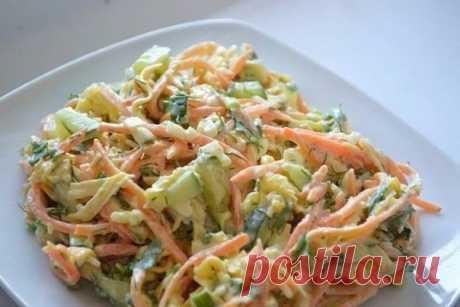 """Салат """"Лисичка""""   Ингредиенты:  - 2 филе куриной грудки  - 3 маринованных огурца  - 200 гр корейской моркови  - 200 гр сыра  - 2 зубчика чеснока  - Майонез  - Зелень   Приготовление:  Сперва филе отвариваем в подсоленной воде, затем нарезаем полосочками (или разбираем руками на волокна). Затем огурцы также нарезаем полосочками, сыр на крупной терке. Смешиваем филе, сыр, огурцы и морковь, добавляем выдавленный через пресс чеснок и заправляем майонезом.  Приятного аппетита!"""