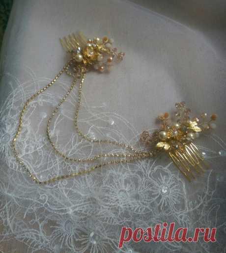 Золотистый гребень для волос с цепочками в ретро-стиле.