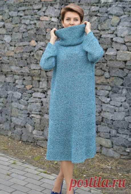 """Платье для леди """"Лазурный океан"""" Модель Олеси Данилюк. Можно вязать с воротником хомутом или без него. Размер 38—46  Вам потребуется: пряжа (75% кидмохера, 25% шелка; 212 м/25 г) — 150 г бирюзовой; пряжа (100% вискозы; 500 м/100 г) — 250 г темно-бирюзовой; пряжа с люрексом (64% вискозы, 36% метанита; 550 м/25 г) — 50 г кремово-золотистой; круговые спицы №4, 4,5 и 5 длиной 80—100 см; игла с широким ушком для сшивания.  Узор «соты»  Число петель кратно 2:  1-й р.: лицевые пе..."""