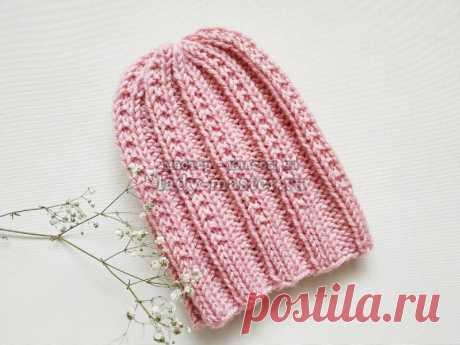 Модная розовая шапка спицами с простым узором
