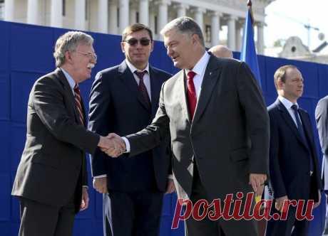 Порошенко наградил именным оружием помощника президента США по нацбезопасности Болтона | В мире