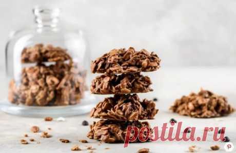 Las galletas de chocolate de avena sin cocción