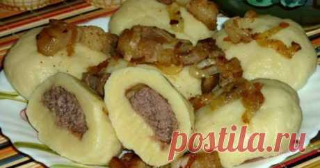 Українські галушки з м'ясом. Які ж вони смачні! Які вони смачні українські галушки з м'ясом, а якщо їх приготувати з фаршем вийде неймовірно.  Тісто виходить повітряним і легким, а соковита начинка з фаршу відмінно доповнює його. Подаємо на стіл зі сметаною. Картопляні галушки з м'ясом - відоме, дуже смачне і ситне блюдо з української кухні. Реце