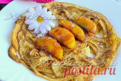Los crepes chinés con leche c por las manzanas acarameladas