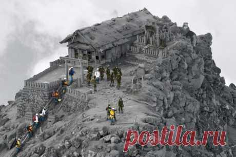 El templo bajo la ceniza después de la erupción del volcán de Ontake, Japón