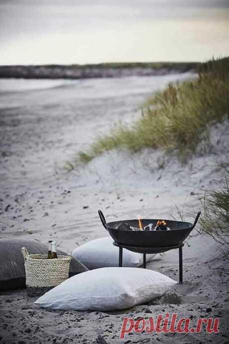 Так хочется туда, где море и тепло. И никаких забот. Сесть летом на берегу моря, смотреть на закат и думать о хорошем.