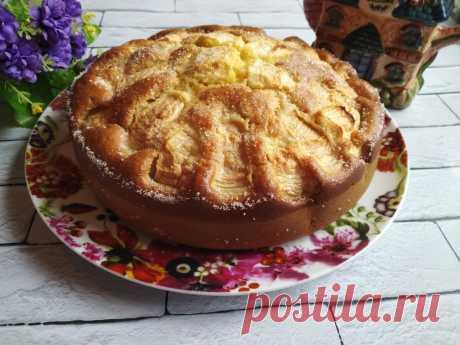 """Быстрый """"Кружевной"""" пирог с яблоками из детства. Готовится 8 минут (плюс время на выпечку)  ••• Ингредиентов минимум, получается вкусно и быстро: Ингредиенты: Яйца - 2 шт Сахар - 1 ст Сметана - 1 ст Мука - 1 ст Сода, гашенная уксусом - 0,5 ч.л Начинка: Яблоки - 3 шт Изюм - 150 г Сливочное масло - 20 г Приготовление: 1. Яйца взбить с сахаром, добавить сметану, соду, муку. 2. Тесто должно получиться как густая сметана. 3. Форму смазать сливочным маслом. 4. Яблоки очистить и нарезать тонкими плас…"""