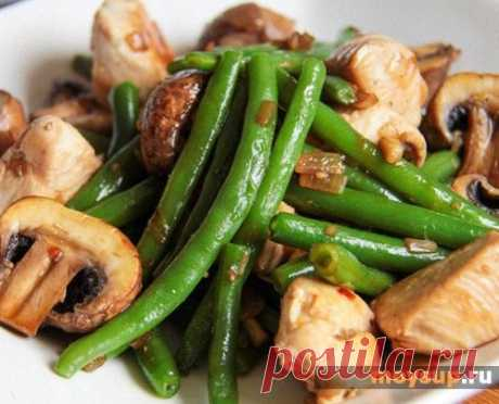Салат с курицей, стручковой фасолью и грибами