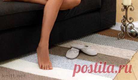 Вязаный спицами простой коврик