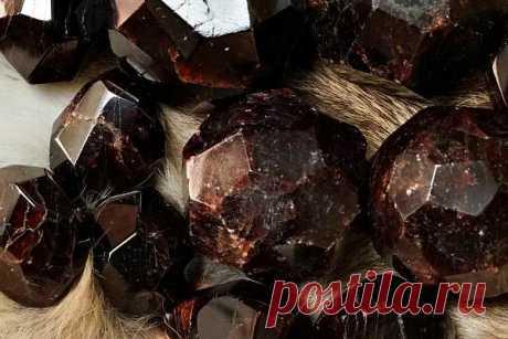 Камень альмандин : магические свойства, кому подходит по знаку зодиака и имени, значение, описание, что такое гранат-альмандин, как выглядит (фото), цена