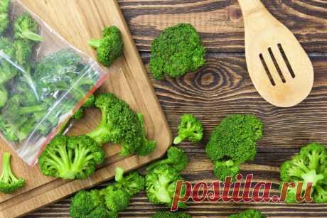 Как правильно заморозить брокколи на зиму в домашних условиях без бланширования Заморозка позволяет сохранять максимальное количество полезных веществ в различных овощах, фруктах и ягодах, а также употреблять продукты в пищу на протяжении всего года. Брокколи не стала исключением. Она приобретает все больше поклонников своим составом и вкусовыми качествами. Правильный выбор продукта, его подготовка и заморозка обеспечивает доступность овоща в течение долгого времени. Польз...