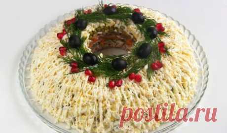 Салат «Купеческий». Это то, что нужно на Новогодний стол!  Салат «Купеческий». Это то, что нужно на Новогодний стол!  Этот салат взял все лучшее от самых знаменитых мясных салатов. А праздничная слоеная подача в форме кольца завершает образ и полностью опр…