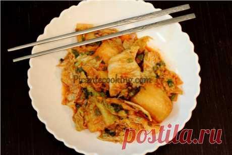 Кімчі з капусти Напевно найпопулярніша корейська страва в світі. Кімчі або пристрасно люблять або ненавидять, але байдужими залишаються рідко.