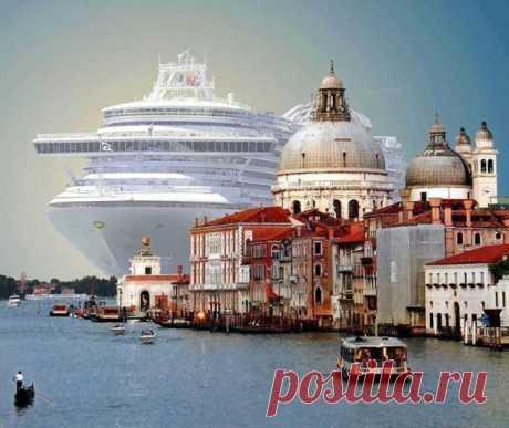 Круизный лайнер длиной 293 метра заходит в порт Венеции