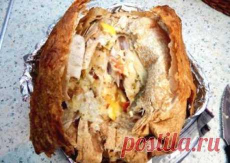 Бесподобная курица, запеченная в лаваше Блюдо получается очень интересным. Благодаря лавашу, курица остается сочной и нежной. Овощная начинка придает ей особенный аромат и вкус.Лаваш на курице, в процессе приготовления, запекается и станов…