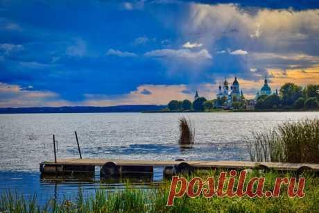Закат на берегу озера Неро с видом на старинную часть города Ростов, Ярославская область. Автор фото - Павел Дёмин: Тёплой ночи.
