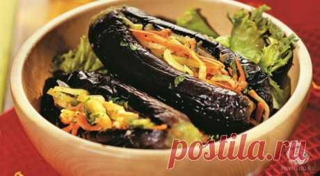 Las berenjenas rellenadas hortalizas – el menú magro con el aceite