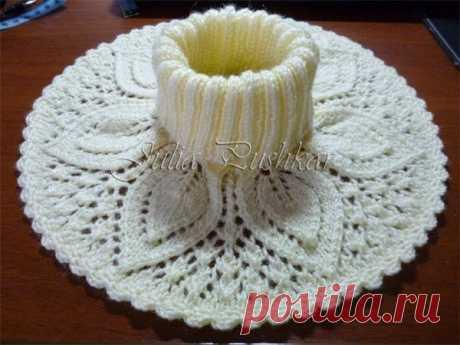 Пуловер красивым узором и манишка с листочками спицами