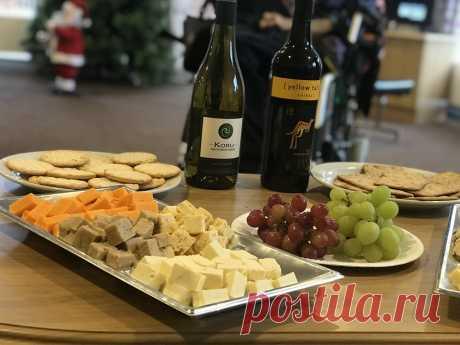 Сервировка новогоднего стола: скатерть, посуда, декор