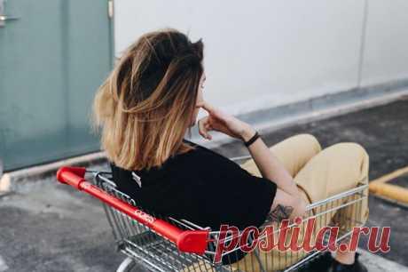 «Год без покупок» — книга, которая приблизит вас к осознанной жизни и экономии без нужд К тридцати годам Кейт Фландерс поняла, что, подобно многим, оказалась в порочном круге потребительства: чем больше она зарабатывала, тем больше ей хотелось покупать, и это повторялось снова и снова. Она залезла в долги, но как только избавилась от них, старые привычки снова взяли верх. И тогда она поняла, что бесконечные траты вовсе не делают ее счастливой, а лишь мешают добиваться желаемого, — и поставила…