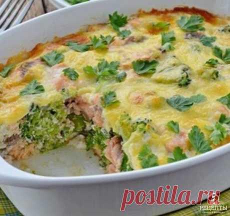 Запеканка с форелью и брокколи - невероятно вкусно! Низкокалорийно. Ингредиенты: Брокколи - 400 г (замороженная) Филе рыбы - 400 г (у нас форель) Яйцо - 3 шт Молоко 1% - 100 мл Мука цельнозерновая - 1 ст. л Сыр - 100 г Соль, перец - по вкусу Приготовление: Брокколи заранее разморозить, дать хорошо стечь жидкости поместив для этого в дуршлаге, сделать это можно с вечера. Филе рыбы порезать кусочками. Смешать брокколи, рыбу посолить, перемешивать аккуратно, сложить в форму. ...