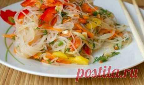 Салат Фунчоза с овощами Ингредиенты: 200 г лапши прозрачной рисовой 3 шт. болгарского перца разного цвета 2 моркови 3-4 зубчика чеснока масло растительное 1 огурец свежий 2 ч.л. уксуса соль соя (соевый соус) Приготовление: 1. Лапшу надо сначала залить холодной водой и оставить постоять 10 мин., слить холодную воду, затем залить кипятком на 5 мин. и слить кипяток, промыть лапшу под проточной водой. Даем стечь. 2. Морковь и перец нарезать соломкой, пассировать на растительном масле до мягкости,