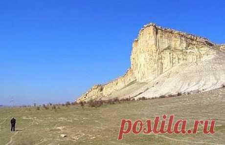 Ак-Кая, гора — Ширинская гора, Белая скала.Гора находится в нескольких километрах от Белогорска и венчает собой внутреннюю гряду Крымских гор. Гора сложена из белых известняков и мергелей, поэтому выделяется из окружающего ландшафта сияющей белизной. Ак-Кая с татарского языка переводится как «белая скала». В свое время гору называли «Ширинская гора», так как она была во владениях Ширинских беев.